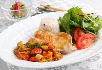 鶏モモ肉の夏野菜トマトソース添え(手前)はサラダ、雑穀米とワンプレートで、箸休めのミョウガとキュウリの酢の物と=菅知美撮影