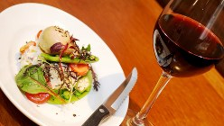 「大人のポテトサラダ」(480円税別、以下同)はワインとの相性もバッチリ