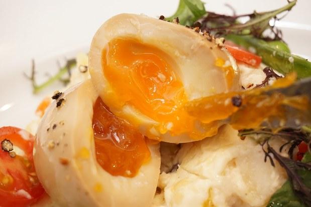 ナイフで煮卵を切ると、半熟の黄身がとろ~りと流れ出す