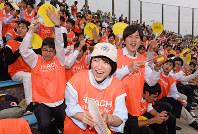 本大会出場を決めた試合で野球部を応援する観客たち=日立市民運動公園野球場で6月7日