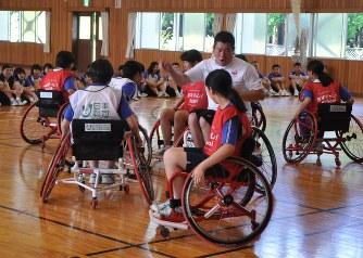 車椅子バスケ:魅力を生徒に伝授...