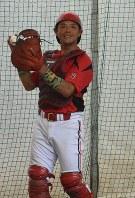 ブルペンで投手の球を受けてアドバイスを送る井川良幸選手=横浜市鶴見区の東芝総合グラウンドで