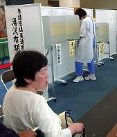 昨年の参院選では、高齢者人口が多い地域の病院に期日前投票所が設置された=秋田県湯沢市で2016年6月、佐藤伸撮影