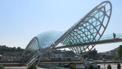 観光客が集まる河畔にかかる平和橋(写真は筆者撮影)
