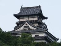 しゃちほこ(右)の一部が壊れた国宝「犬山城」=愛知県犬山市で2017年7月13日午前7時19分、兵藤公治撮影