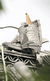 国宝「犬山城」天守閣の壊れたしゃちほこ=愛知県犬山市で2017年7月13日午前8時36分、兵藤公治撮影