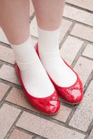 赤のバレエシューズに白ソックスを合わせた女性の足もと=日本ファッション協会提供