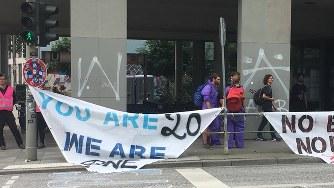会場周辺はG20開催に反対する横断幕が掲げられ、関係者は徒歩での移動を余儀なくされた=ハンブルクで2017年7月7日、三沢耕平撮影