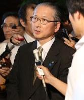 安倍晋三首相と「高度プロフェッショナル制度」について会談した後、記者の質問に答える連合の神津里季生会長(中央)=首相官邸で13日、宮武祐希撮影
