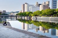 (2)京橋川を西から望む。戦後しばらくは壁のような土手があり、付近にはバラックが建ち並んだ=広島市中区で2017年6月8日、山田尚弘撮影