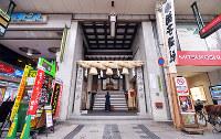 (4)小田政商店跡の東隣にある胡神社。かつては洋品店などが軒を連ねた胡通。いまは飲食店街となり、夜は会社員らでにぎわう=広島市中区で2017年6月8日、山田尚弘撮影