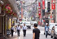 (5)堀川町から西を望む。通りは比治山の北端に伸びるが、飲食店が建ち並び見通すことができない=広島市中区で2017年6月8日、山田尚弘撮影