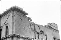 (8)屋根が抜け落ち、爆心地側の外壁が著しく破壊された帝国銀行広島支店(北西面)。激しい火災にも見舞われた(爆心地から360メートル)=広島市革屋町(現広島市中区本通)で1945年9月11日前後、山上圓太郎撮影 ※広島平和記念資料館(広島原爆資料館)の検証による