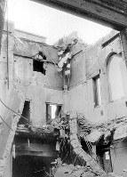 (8)屋根が抜け落ちた帝国銀行広島支店の内部の北西角(爆心地側)。激しい火災にも見舞われた(爆心地から360メートル)=広島市革屋町(現広島市中区本通)で1945年9月11日前後、山上圓太郎撮影 ※広島平和記念資料館(広島原爆資料館)の検証による