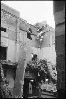 (8)帝国銀行広島支店内部。天井、屋根が崩れ落ち、外壁は爆心地に近い北西部が著しく破壊された(爆心地から360メートル)=広島市革屋町(現広島市中区本通)で1945年9月11日前後、山上圓太郎撮影 ※広島平和記念資料館(広島原爆資料館)の検証による