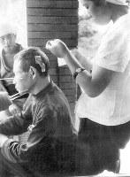 (12)広島赤十字病院での治療風景(爆心地から1500メートル)=広島市千田町1(現広島市中区千田町1)で1945年9月9日前後、山上圓太郎撮影 ※広島平和記念資料館(広島原爆資料館)の検証による