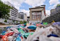 (12)広島赤十字病院の敷地内に移設された被爆窓枠と壁。爆心地に近い北側の窓枠は内側に、西側の窓枠は外側に湾曲し、爆風のすさまじさを物語る=広島市中区で2017年6月8日、山田尚弘撮影