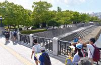 (14)爆心地に近い元安橋西側の平和記念公園には木々が生い茂る=広島市中区で2017年6月8日、山田尚弘撮影