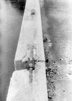 (15)切断された相生橋の鉄筋(爆心地から300メートル)=1945年9月11日前後、山上圓太郎撮影 ※広島平和記念資料館(広島原爆資料館)の検証による