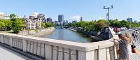 (15)原爆投下の目標地点とされたT字型の相生橋から南を望む。左は原爆ドーム、右は平和記念公園=広島市中区で2017年6月8日、山田尚弘撮影
