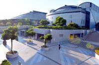 (16)現代的なデザインの広島県立総合体育館周辺=広島市中区で2017年6月8日、山田尚弘撮影