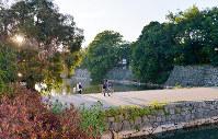 (17)広島城二の丸から本丸を望む。中国軍管区司令部などが置かれた本丸は、今は木々に覆われる。左は広島護国神社=広島市中区で2017年6月8日、山田尚弘撮影