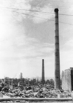 焼け野原に残った煙突=撮影場所は判明せず1945年9月11日前後、山上圓太郎撮影 ※広島平和記念資料館(広島原爆資料館)の検証による