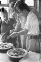 (21)大野陸軍病院で、原爆犠牲者の解剖所見をアメリカ陸軍調査団員らに話す京都大学研究員=広島県佐伯郡大野村(現廿日市市)で1945年9月10日、新見達郎撮影 ※広島平和記念資料館(広島原爆資料館)の検証による