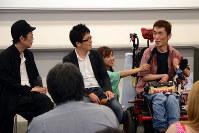 バリアフリー上映について話す熊篠慶彦さん(右)と、リリー・フランキーさん(左)、松本准平監督(中央)=2017年7月13日、中嶋真希撮影
