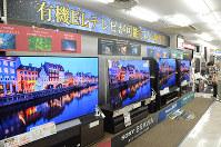 量販店に並んだ有機ELテレビ=大阪市中央区のビックカメラなんば店で、釣田祐喜撮影