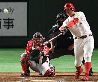 【豊田市(トヨタ自動車)-福岡市(九州三菱自動車)】五回裏豊田市無死、西潟が右越えに同点本塁打を放つ=東京ドームで2017年7月14日、森園道子撮影