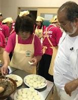 長野県茅野市の食生活改善推進委員がエゴマ料理を作っているところ=鎌田實さん提供
