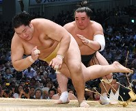 【大相撲名古屋場所8日目】輝を下手出し投げで降した日馬富士(右)=愛知県体育館で2017年7月16日、木葉健二撮影