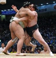 【大相撲名古屋場所8日目】千代翔馬を寄り倒しで降した高安(左)=愛知県体育館で2017年7月16日、木葉健二撮影