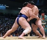 【大相撲名古屋場所8日目】北勝富士を寄り切りで降した豪栄道(右)=愛知県体育館で2017年7月16日、木葉健二撮影