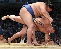 【大相撲名古屋場所8日目】正代にすくい投げで敗れた玉鷲(下)=愛知県体育館で2017年7月16日、木葉健二撮影