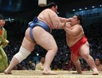 【大相撲名古屋場所8日目】阿武咲に押し出しで敗れた碧山(左)=愛知県体育館で2017年7月16日、木葉健二撮影