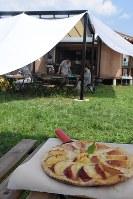 店一番人気の「完熟桃とゴルゴンゾーラのピザ」=山梨市で