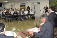 初めての懇談会であいさつする金子ゆかり諏訪市長(右端)。奥は辰野町の建設阻止期成同盟会役員ら=辰野町役場で