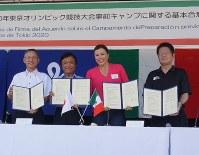 合意書を手にする(左から)吉永俊嗣・県バレーボール協会長、小川知事、ガヒオラ会長代理、田中市長