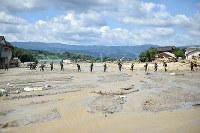 豪雨で土砂が流れ込んだ川で安否不明者の捜索をする自衛隊員=福岡県朝倉市で2017年7月16日午前9時45分、三浦博之撮影