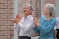 「帆船日本丸」の登しょう礼を見学し、拍手を送られる天皇、皇后両陛下=横浜市西区で2017年7月17日午前10時38分、後藤由耶撮影