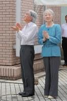 「帆船日本丸」の登しょう礼を見学される天皇、皇后両陛下=横浜市西区で2017年7月17日午前10時38分、後藤由耶撮影