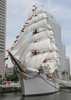 「帆船日本丸」=横浜市西区で2017年7月17日午前11時59分、後藤由耶撮影