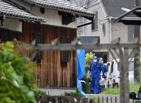 南部さん夫妻が殺害された民家周辺を調べる捜査員。孫の竹島叶実容疑者が逮捕された=神戸市北区で2017年7月17日午前11時52分、猪飼健史撮影