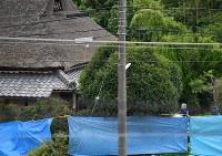 南部さん夫妻が殺害された民家周辺を調べる捜査員。孫の竹島叶実容疑者が逮捕された=神戸市北区で2017年7月17日午後0時15分、猪飼健史撮影