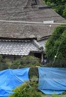 南部さん夫妻が殺害された民家周辺を調べる捜査員。孫の竹島叶実容疑者が逮捕された=神戸市北区で2017年7月17日午後0時16分、猪飼健史撮影
