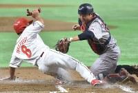 【大阪市(日本生命)-横浜市(三菱日立パワーシステムズ)】一回表大阪市2死二塁、広本の右前打で本塁を狙った二塁走者の高橋英をタッチアウトにする横浜市の対馬(右)=東京ドームで2017年7月17日、西本勝撮影