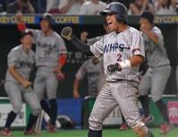 【大阪市(日本生命)-横浜市(三菱日立パワーシステムズ)】八回裏横浜市2死一、二塁、対馬の左前適時打で二塁から同点のホームを踏み、喜ぶ五十嵐=東京ドームで2017年7月17日、森園道子撮影