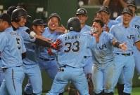 【大阪市(NTT西日本)-広島市(JR西日本)】九回表広島市2死一、二塁、逆転3点本塁打を放った小原(中央)を出迎える選手たち=東京ドームで2017年7月17日、和田大典撮影